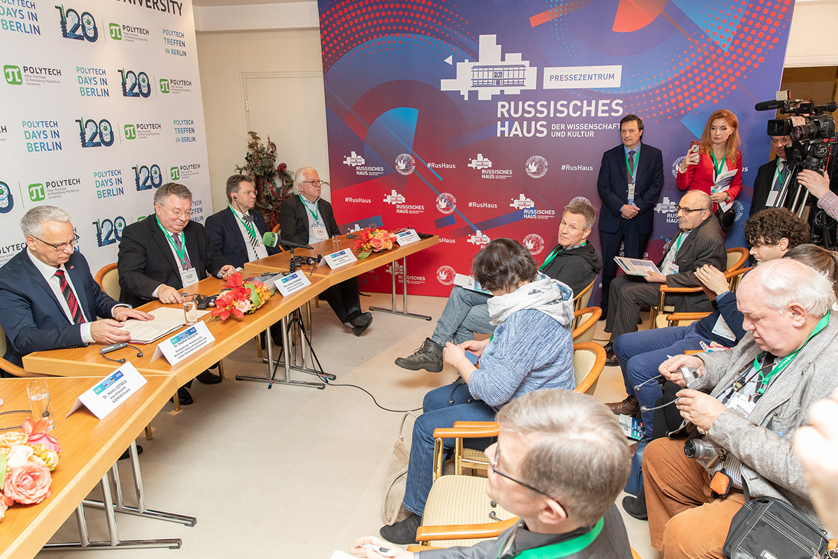 A press conference took place after the opening ceremony of the forum
