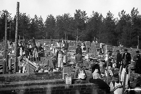 Clearing of the site, foundation works, and brickwork; 1900-1904