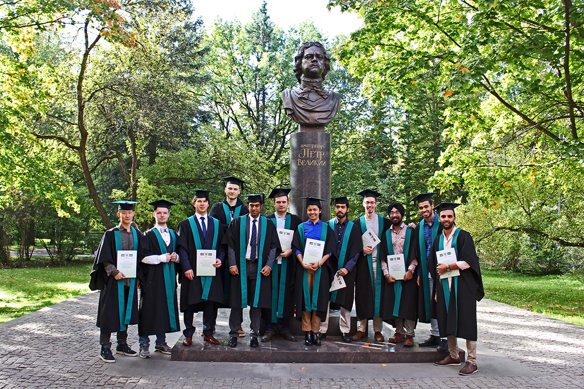 A photo with Peter I on the background is a tradition for all SPbPU graduates