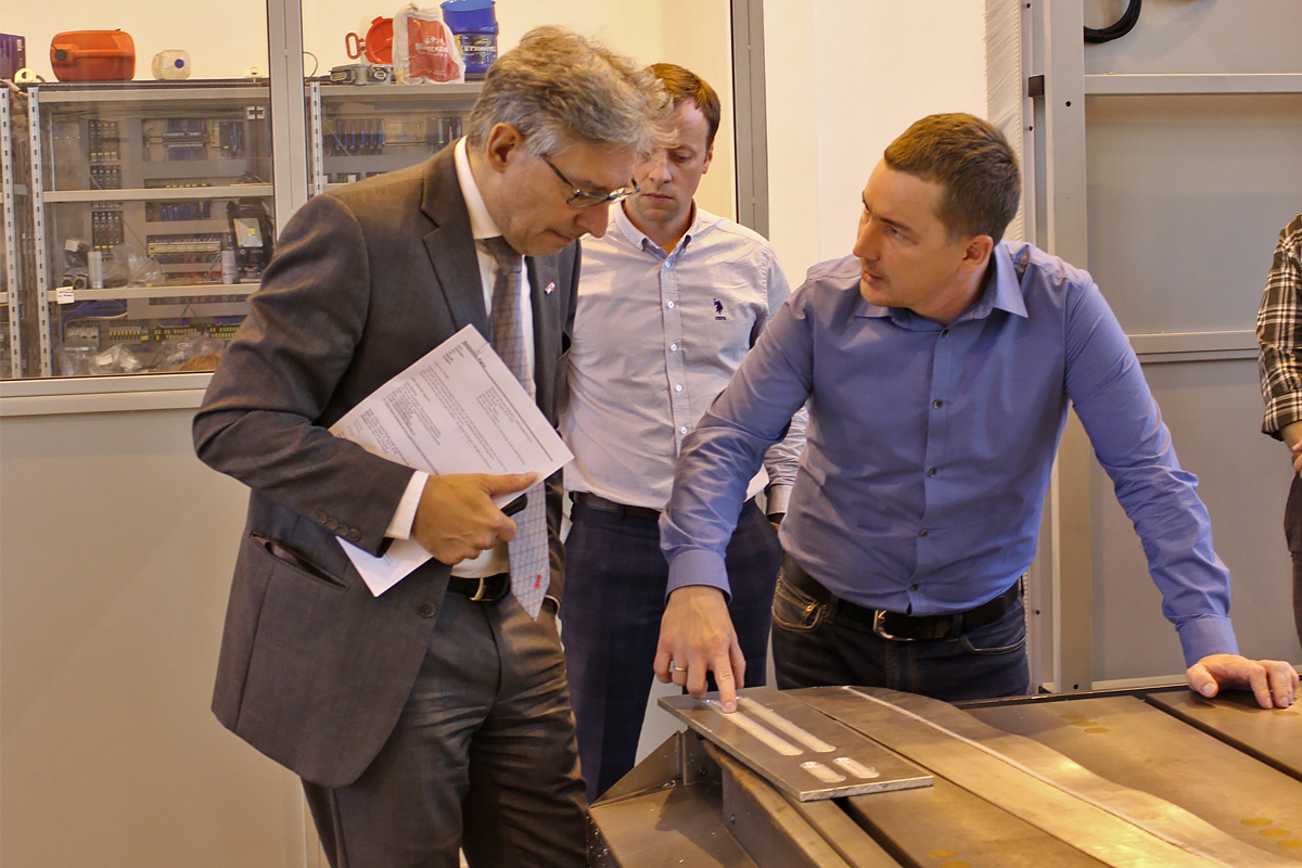 The LLMC Director O.V. Panchenko and Associate Professor A.A. Naumov told Rudolf Pichler about the laboratory's activities